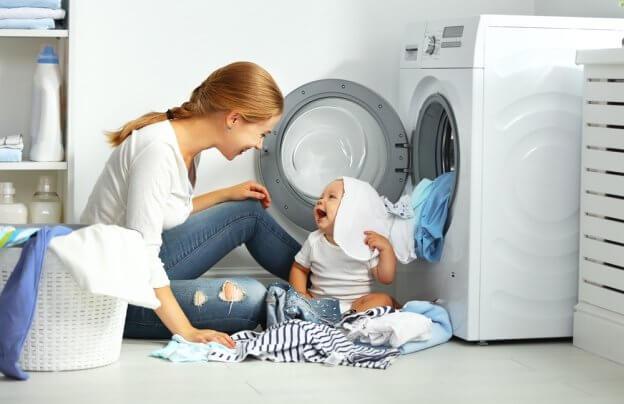 Maminka a děťátko nandavají pračku