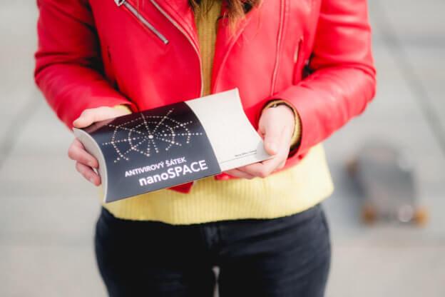 Krabička šátku nanoSPACE v rukách mladé ženy